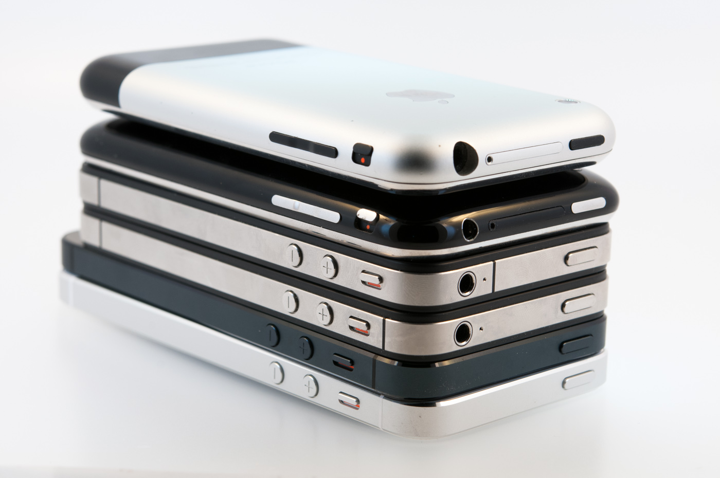 Iphone 1 2 3 4 5 Side By Six Generations Of Iphones Performance