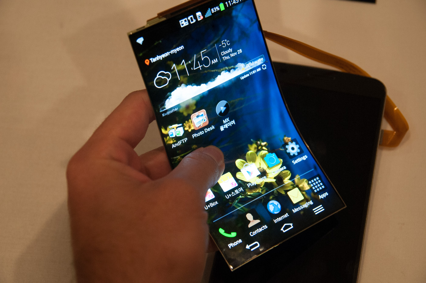 a look at lg g flex and its deformable plastic oled display