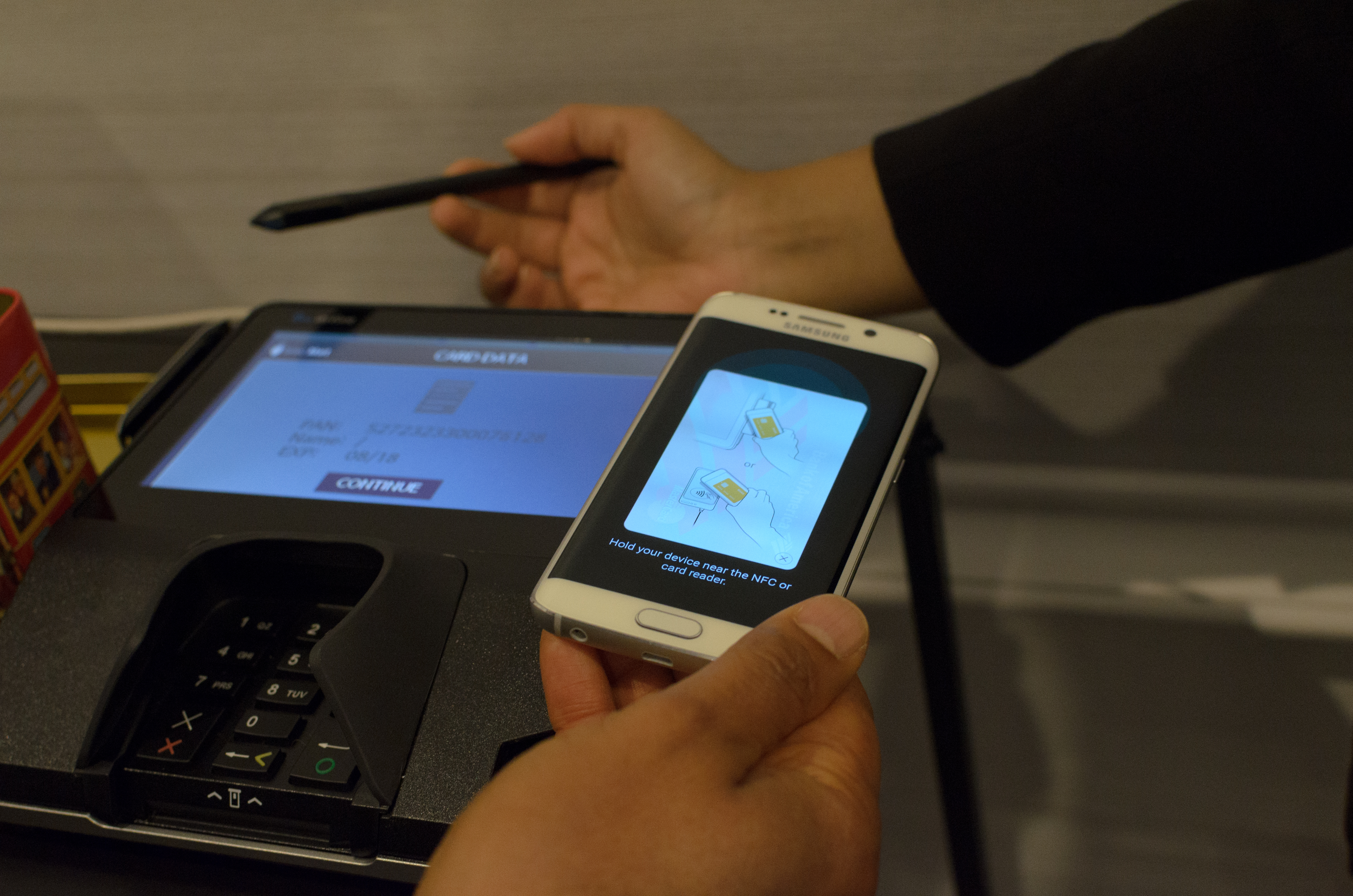 Software, Samsung Pay, and Accessories - Hands On With the Samsung