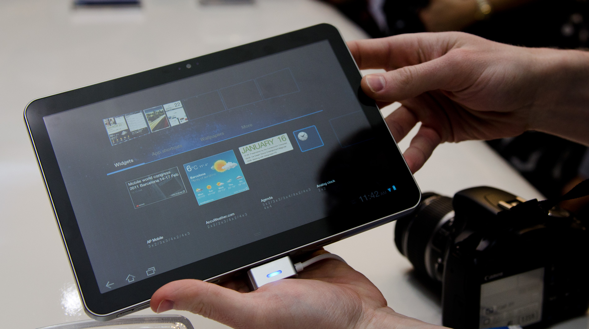 samsung 39 s galaxy tab 10 1 8 9 smaller than ipad 2 competitively priced. Black Bedroom Furniture Sets. Home Design Ideas